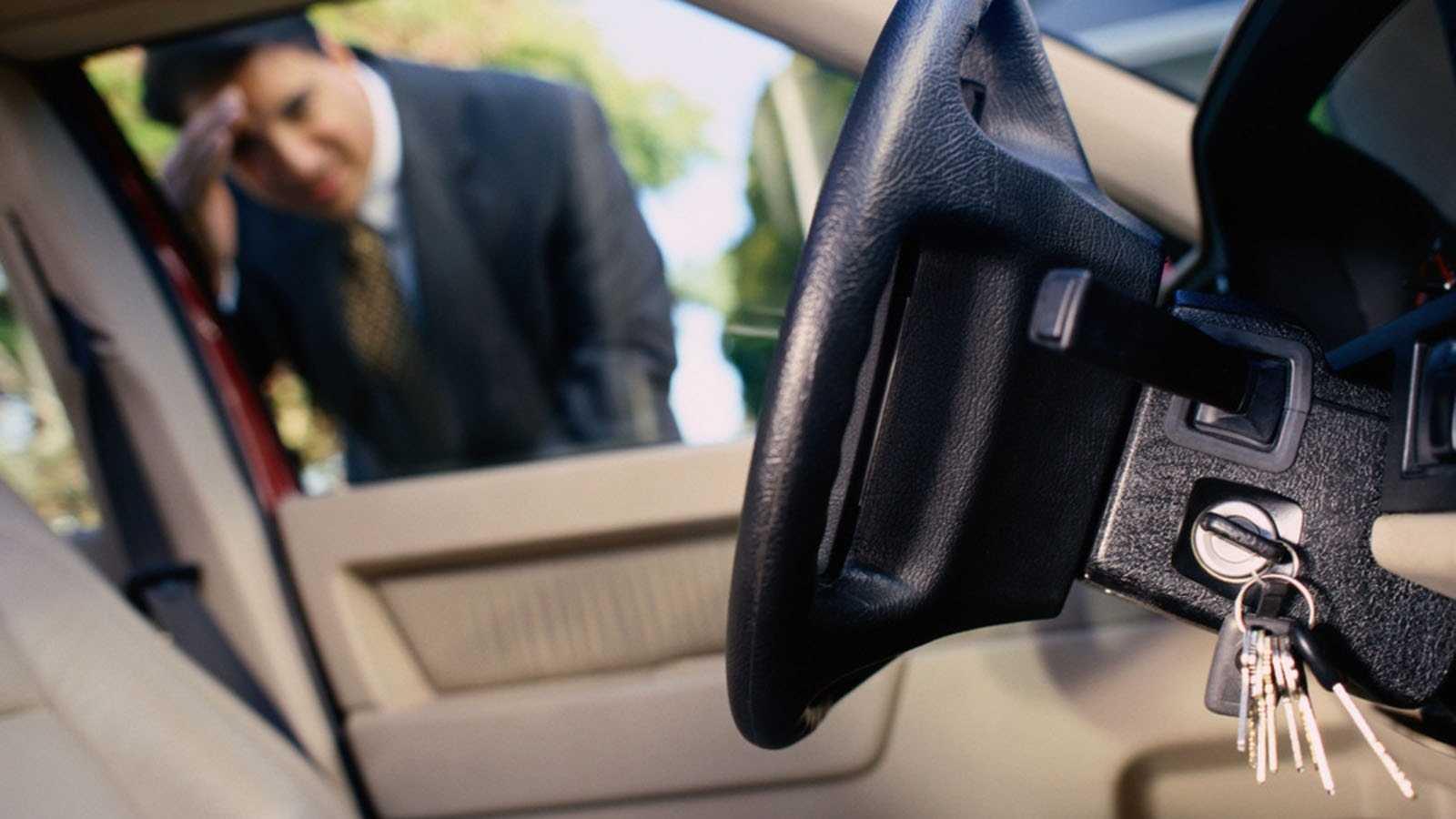 Забыл ключ в машине как открыть дверь