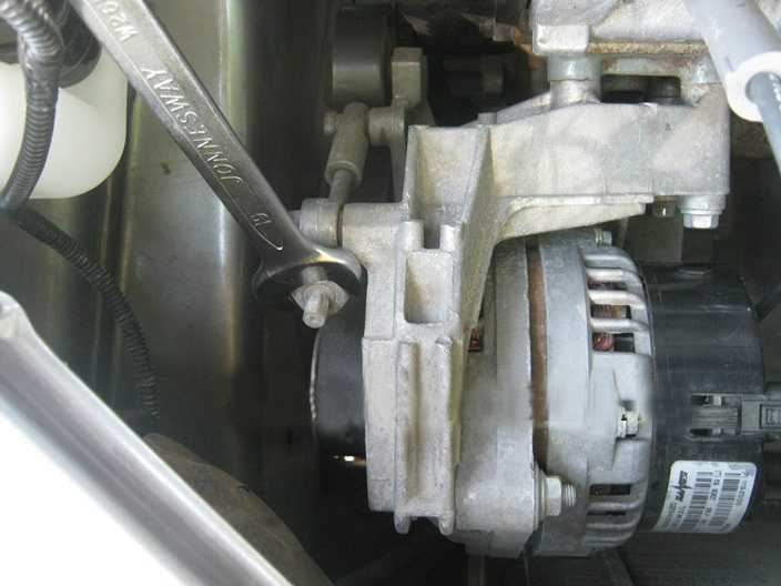 Замена ремня привода генератора с натяжным роликом на Lada Granta