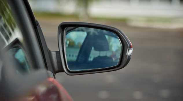 Как снять и разобрать зеркало заднего вида на Lada Vesta